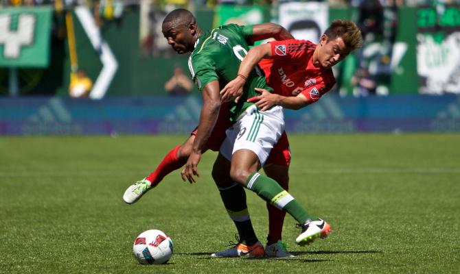 Portland Timbers y Toronto FC disputando el balón