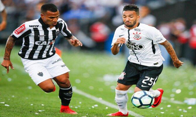 Romulo Otero disputando el brasileirao con el Atlético Mineiro ante el Corinthians