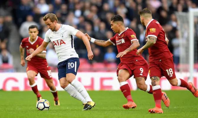 Harry Kane del Tottenham rodeado jugadores del Liverpool