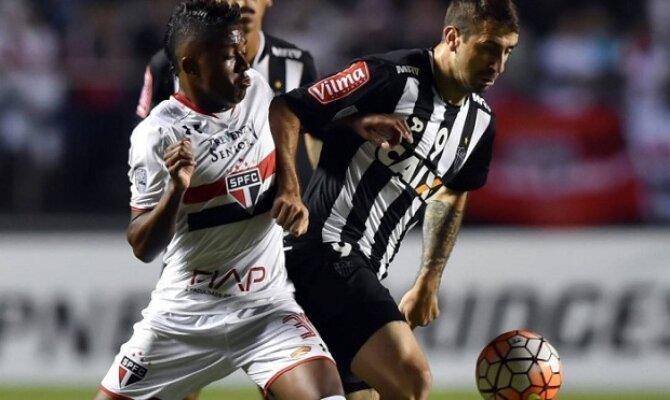 Sao Paulo vs Atlético Minero con Lucas Pratto disputando la pelota