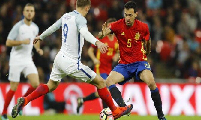Sergio Busquets y Jamie Vardy luchando por el balón