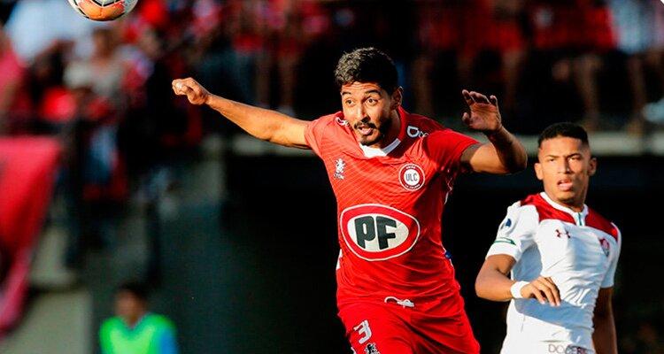 Jugador de Unión La Calera despeja un balón de cabeza.