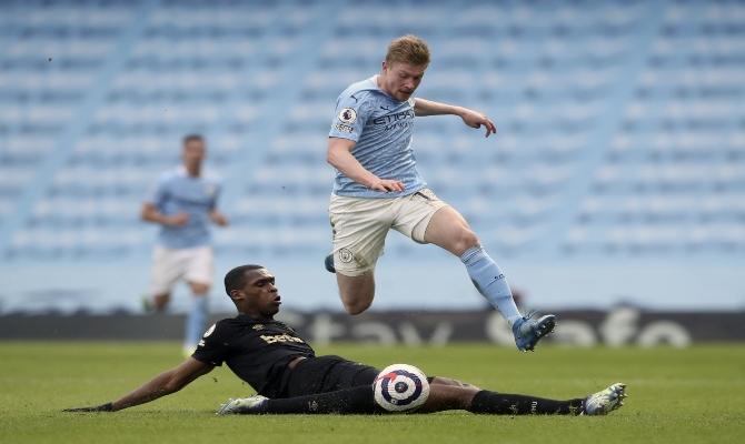 Kevin de Bruyne sortea a un rival. Descubre las mejores cuotas para el Manchester City vs Wolverhampton