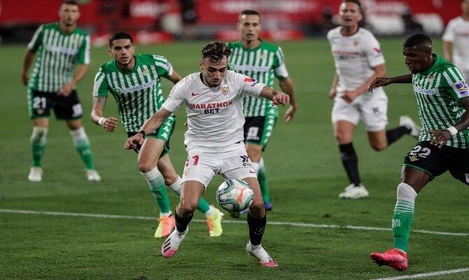 Emerson, a la derecha, se prepara para recibir los ataques en este Sevilla vs Betis