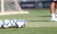 Balones como los de la imagen rodarán en el Colo Colo vs Universidad de Chile. Revisa nuestros picks