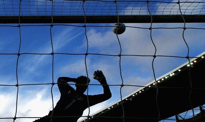 Imagen de un portero tratando de detener el balón. Cuotas del Universidad Católica vs Curicó Unido