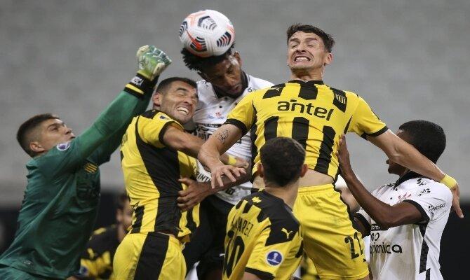 Varios jugadores pelean por el balón en la imagen. Cuotas 3ª jornada de la Copa Sudamericana 2021