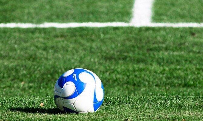 Imagen de un balón de fútbol sobre el césped. Cuotas y pronósticos LDU Quito vs Unión la Calera.
