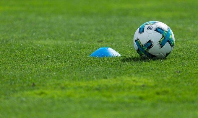 Imagen de un balón junto a un cono. Cuotas Nacional vs Universidad Católica, Copa Libertadores
