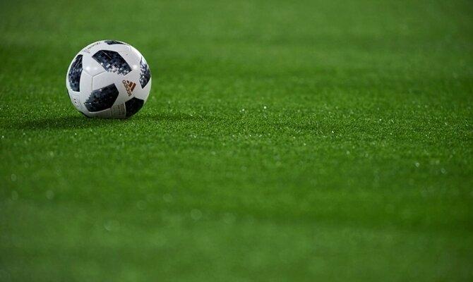 Imagen de un balón sobre el césped. Pronósticos para el Newells vs Palestino, Copa Sucamericana