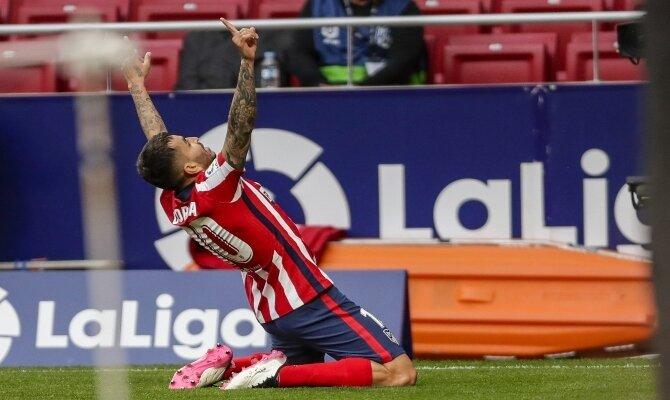 Ángel Correa celebra un gol de rodillas. Cuotas Real Valladolid vs Atlético de Madrid, LaLiga