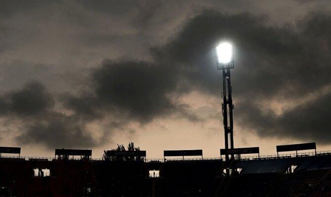 Los focos iluminan el estadio en la noche. Cuotas para el Universidad Católica vs Atlético Nacional.
