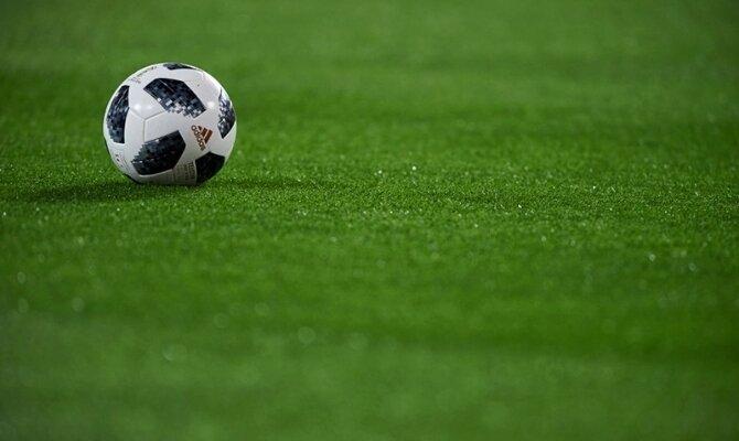 Imagen de un balón sobre el césped. Cuotas para el partido entre Universidad Católica vs Cobresal.
