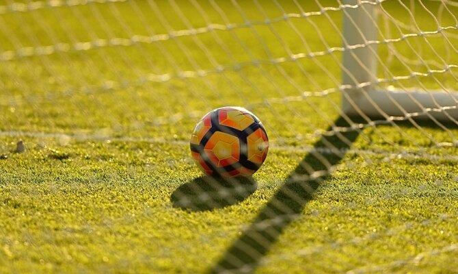 Imagen de un balón junto al poste. Cuotas para el duelo entre Universidad de Chile vs Everton.
