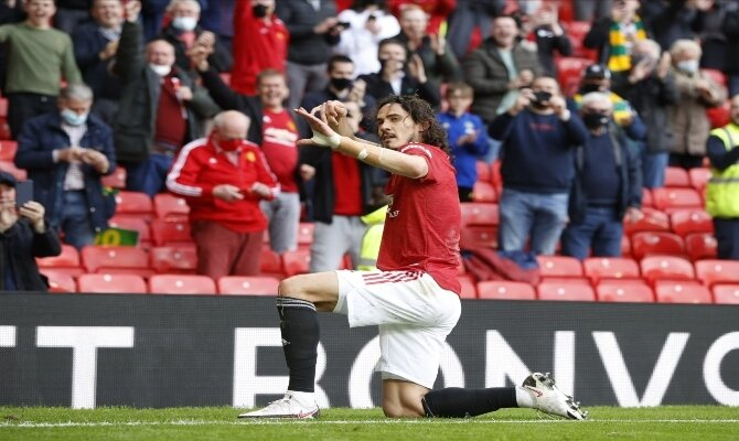 Edinson Cavani celebra un gol haciendo el arquero. Cuotas final UEL, Villarreal vs Manchester United