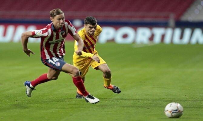 Llorente y Pedri luchan por el balón. Cuotas para el Barcelona vs Atlético de Madrid de LaLiga.