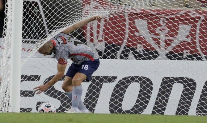 Imagen de un jugador recogiendo el balón de la red. Cuotas Unión la Calera vs Flamengo.
