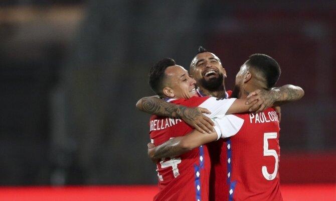 Arturo Vidal se abraza a varios jugadores de La Roja. Apuesta ahora en el Argentina vs Chile.