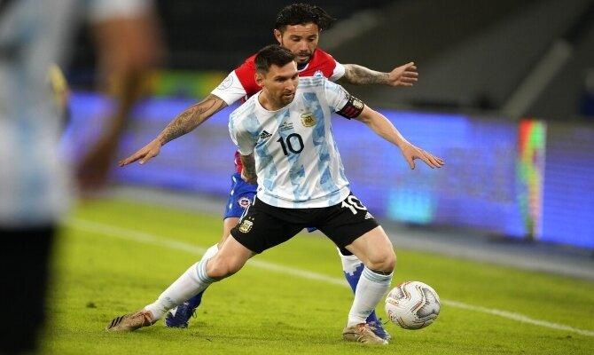 Lionel Messi lucha por el balón en la imagen. Cuotas Argentina vs Uruguay Copa América 2021.