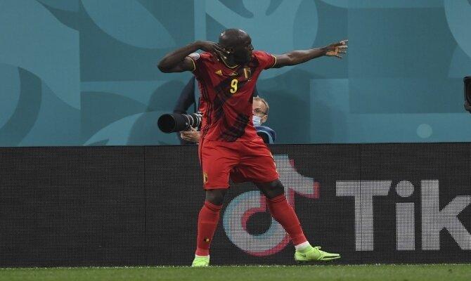 Romelu Lukaku celebra un gol haciendo el arquero. Cuotas Bélgica vs Portugal, 1/8 de final Euro 2020