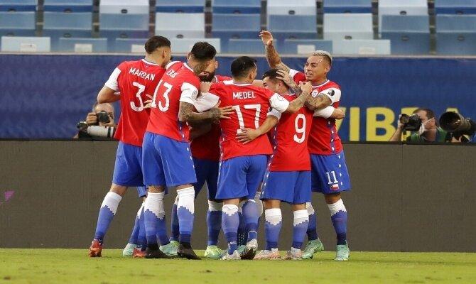 Los jugadores de la Roja celebran un gol en la imagen. Cuotas Brasil vs Chile, Copa América 2021.