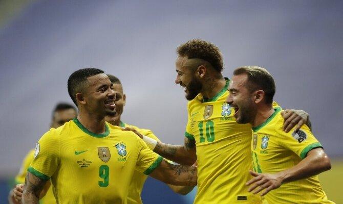Neymar y Gabriel Jesus celebran un gol. Cuotas y pronósticos Brasil vs Perú, Copa América 2021.