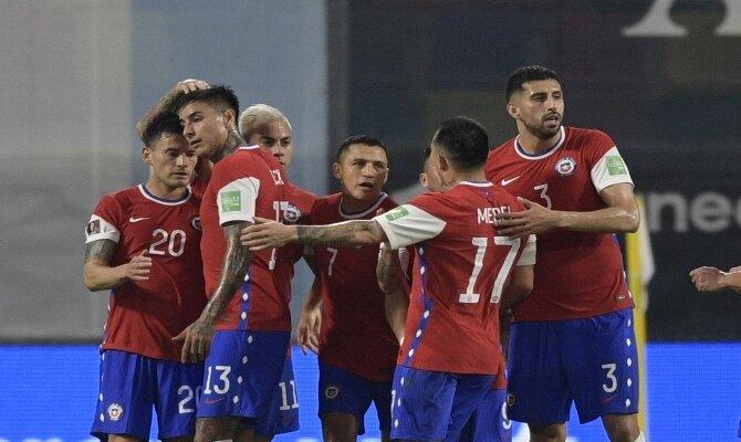 Alexis Sánchez, Medel y más jugadores de La Roja celebrando un gol. Cuotas Chile vs Bolivia.