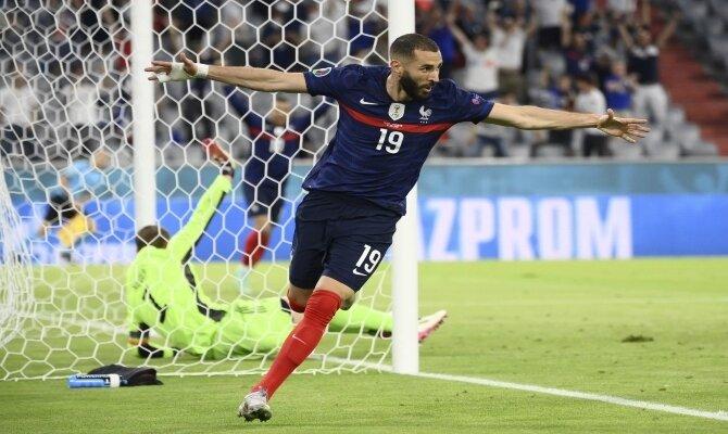 Karim Benzema celebra un gol abriendo los brazos. Cuotas Francia vs Suiza, 1/8 de final Euro 2020.