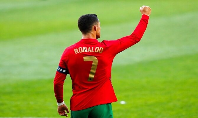 Cristiano Ronaldo levanta el puño celebrando un gol. Cuotas y picks Portugal vs Francia, Euro 2020