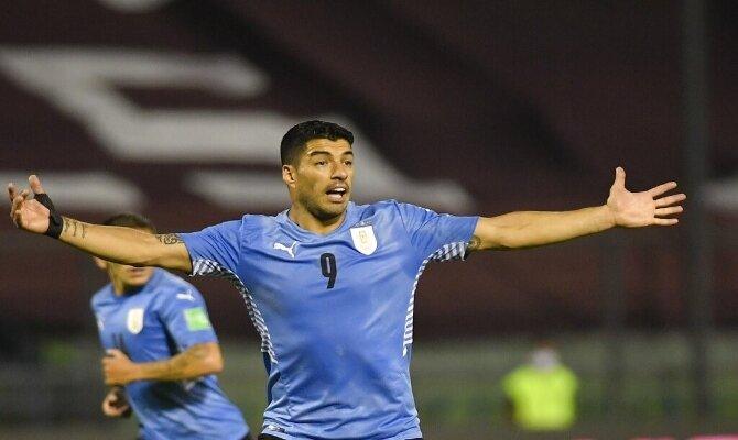 Luis Suárez protesta alzando los brazos en la imagen, Picks Uruguay vs Chile, Copa América 2021.