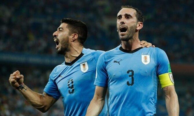 Luis Suárez y Diego Godín gritan celebrando un gol. Picks para el partido Uruguay vs Paraguay.