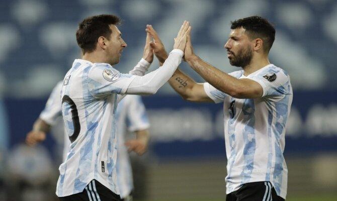 Messi y Agüero celebran un gol de la Albiceleste. Cuotas Copa América 2021, Argentina vs Ecuador.