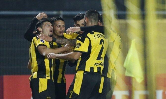 Jugadores de Peñarol se abrazan celebrando un gol. Nacional vs Peñarol, Copa Sudamericana.