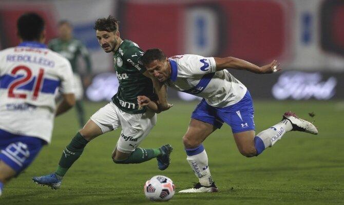 Imagen de dos jugadores luchando por el balón. Cuotas y picks Universidad Católica vs Colo Colo.